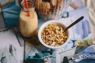 kaboompics_Jar full of walnuts with a fresh healthy shake and musli in a bowl - copie